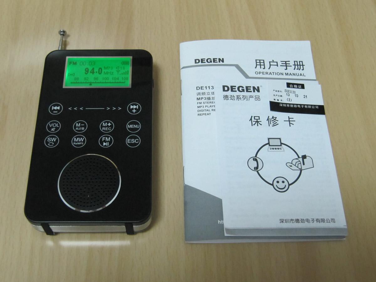收音机外壳主要分为面板、中层、后盖等三部分。面板是黑色亮面亚克力(有些像玻璃)制作,从上向下依次设有主屏显示窗、触摸按键、镂空的扬声器孔。中层是ABS塑料的外壳骨架,骨架表面为仿不锈钢磨砂效果。TF卡插槽、耳机插口、Mini USB插口均位于中层骨架上。后盖为黑色亚光ABS塑料制成,设有电池槽盖、天线等,后盖底部还印有机器型号和主要参数。后盖通过4颗螺钉和卡扣与主机骨架连接。机器内部未拆看。 DE1131 机器附件包括:深圳邦凯新能源股份有限公司B&K牌BL-5C电池3枚,容量850mAh,额定